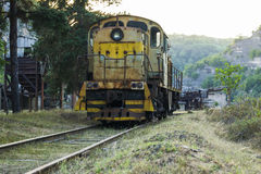 Frontowy widok Dieslowska lokomotywa na linii kolejowej Zdjęcie Stock