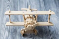 Frontowy widok drewniany zabawkarski samolot zdjęcia stock