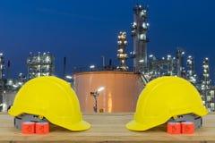 Frontowy widok dwa żółty Zbawczy hełm na przodzie rafineria ropy naftowej Zdjęcie Royalty Free