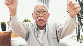 Frontowy widok dwa wali w górę starego azjatykciego mężczyzny od zbiory wideo
