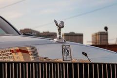 Frontowy widok emblemata duch ekstaza nowy bardzo drogi Rolls Royce Fikcyjny samochód, długa czarna limuzyna, model outdoors da zdjęcia royalty free