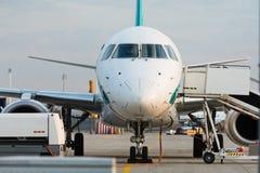 Frontowy widok handlowy dżetowy samolot na pasie startowym obraz royalty free
