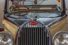 Frontowy widok klasyczny samochód, Bugatti 57 Stelvio w wystawie na Caramulo Samochodowym muzeum w Portugalia, zdjęcie stock