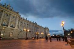 Frontowy widok Królewski Palacee w Madryt z niektóre ludzi chodzić obraz royalty free