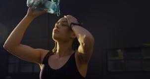 Frontowy widok młoda amerykanin afrykańskiego pochodzenia kobiety woda pitna w mieście 4k zdjęcie wideo