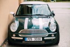 Frontowy widok młodość modnisia Zielonego koloru Mini Cooper Elegancki samochód Obraz Royalty Free