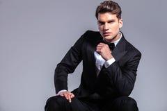 Frontowy widok młody przystojny biznesowego mężczyzna obsiadanie obrazy stock