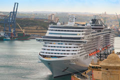 Frontowy widok MSC Splendida luksusowy statek wycieczkowy cumował w portowym Valletta zdjęcie stock