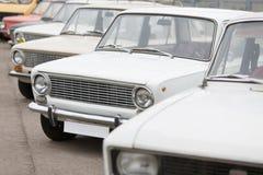 Frontowy widok na samochodach w wystawie Radzieccy roczników samochody obraz stock