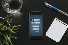 Frontowy widok przelew pieniędzy app w telefonu komórkowego ekranie nad czarnym biznesu stołem Obraz Stock