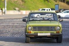 Frontowy widok stary rosyjski klasyczny samochód na miasto ulicie Samochód frontowa powierzchowność obraz stock