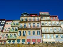 Frontowy widok starzy budynki w Ribeira, Porto, Portugalia Zdjęcie Stock