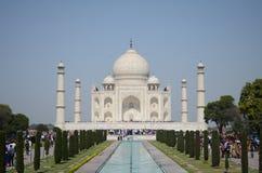 Frontowy widok Taj Mahal ogródy w Agra, India Zdjęcia Royalty Free