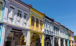 Frontowy widok tradycyjny rocznika Singapur sklepu dom lub shophouse z antykwarską czerwienią, błękitem i żółtymi drewnianymi żal zdjęcia stock
