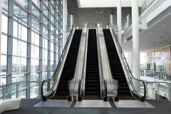 Frontowy widok trzy nowożytnego eskalatoru w biuro lobby obrazy royalty free
