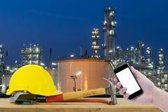 Frontowy widok trzyma smartphone Safet ręka czarnego kolor żółtego i Obrazy Royalty Free
