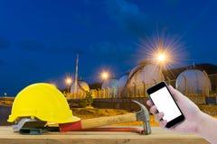 Frontowy widok trzyma smartphone Safet ręka czarnego kolor żółtego i Obrazy Stock