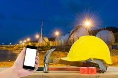 Frontowy widok trzyma smartphone Safet ręka czarnego kolor żółtego i Fotografia Royalty Free