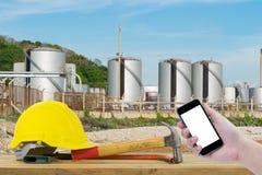 Frontowy widok trzyma smartphone Safet ręka czarnego kolor żółtego i Obraz Stock