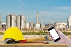 Frontowy widok trzyma smartphone Safet ręka czarnego kolor żółtego i Fotografia Stock
