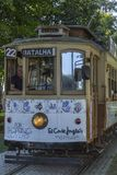 Frontowy widok typowy tradycyjny tramwaju samochód, Oporto zdjęcie stock