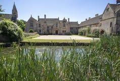 Frontowy widok Wielka Chalfield rezydencja ziemska patrzeje przez staw Zdjęcia Stock