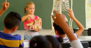 Frontowy widok wyjaśnia anatomicznego modela w sali lekcyjnej przy szkołą 4k Kaukaska uczennica zbiory
