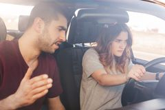 Frontowy widok wytrwały żeński kierowca cel dosięgać miejsce przeznaczenia, przygotowywa dla bieżnych rywalizacj, spojrzenia przy zdjęcia stock