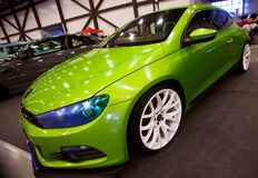 Frontowy widok zielony samochodowy Wolkswagen z sporta nastrajaniem Fotografia Stock
