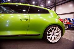 Frontowy widok zielony samochodowy Wolkswagen z sporta nastrajaniem Fotografia Royalty Free