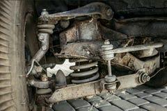 Frontowy zawieszenie stary samochód w górę zdjęcie stock