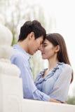 Fronts émouvants de jeunes couples, dans l'amour Photo libre de droits