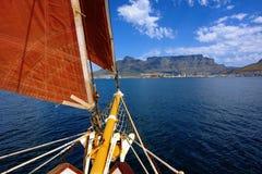 Frontseite der Yacht mit rotem Segel stockfotografie
