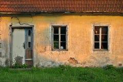 Frontseite des alten Hauses Stockbilder