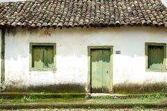 Frontseite des alten Hauses Stockfotos