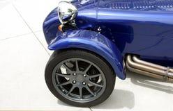 Frontseite des blauen exotischen kundenspezifischen Sportautos stockbilder