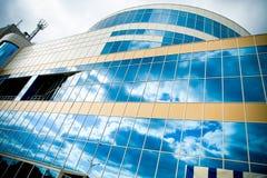 Frontseite des Gebäudes und des Himmels stockbild