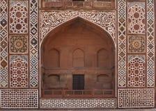 Frontseite des gewölbten Gatters am Akbar Grab. Lizenzfreie Stockbilder
