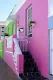 Frontseite des rosafarbenen und grünen Hauses Stockfotografie