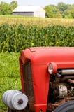 Frontseite des roten Bauernhoftraktors Stockbilder