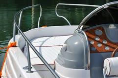Frontseite und Steuerung der kleinen Yacht Lizenzfreie Stockfotografie
