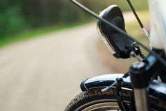 Frontside av cykeln i skogen, DOF Arkivbilder