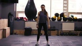 Frontside-Gesamtlänge eines Brunette jungen weiblichen workouter in ihrem 20 ` s, das Hocken durchführt Eignung und Wohl stock footage