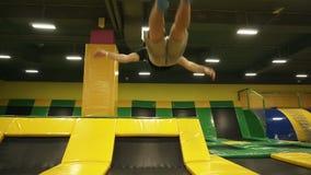 Frontside längd i fot räknat av en perforing framdel för ung manlig idrotts- gymnast slår en kullerbytta Ultrarapidlängd i fot rä stock video