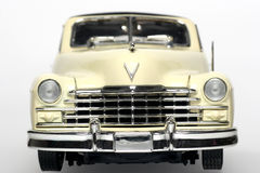 Frontview 1947 do carro do brinquedo da escala do metal de Cadillac fotografia de stock royalty free