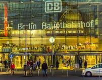 Frontview da estação principal de Berlim em Berlim na noite Foto de Stock Royalty Free