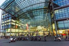 Frontview da estação principal de Berlim em Berlim na noite Fotos de Stock Royalty Free