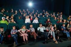 Frontview del film di sorveglianza della gente nel corridoio del cinema Immagine Stock Libera da Diritti