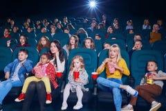 Frontview emocjonalni ludzie ogląda film w nowym kinie obrazy royalty free