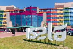 Frontview med folk som besöker det holländska Isala sjukhuset av Zwolle Arkivbilder